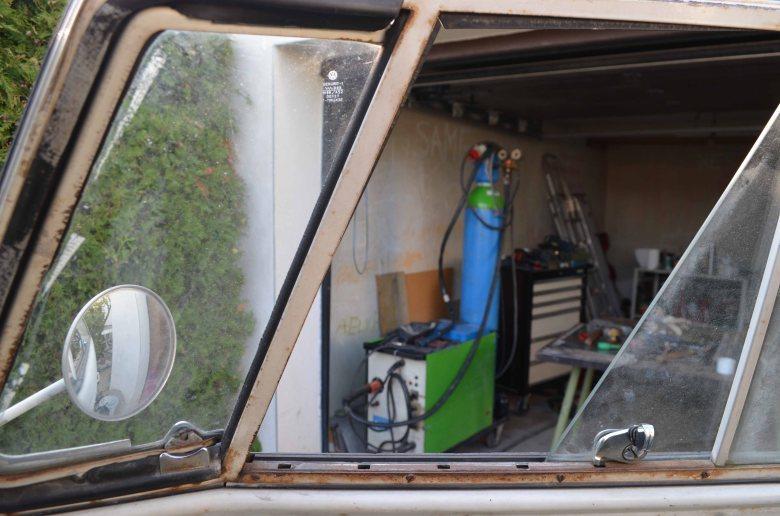 Schweißgerät - Blick aus dem Fenster eines VW T1 Busses