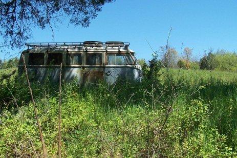 bulli-vwt1-hippybus-verlassen-strassenrand