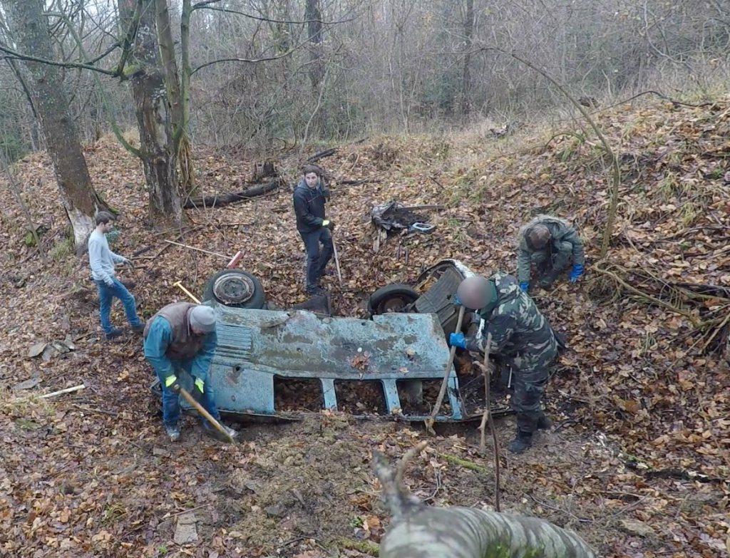 Rescue-VW-Splitbus-Forest-Wreck