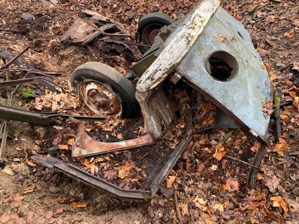 VW-Bulli-Wrack-Wald-1950er