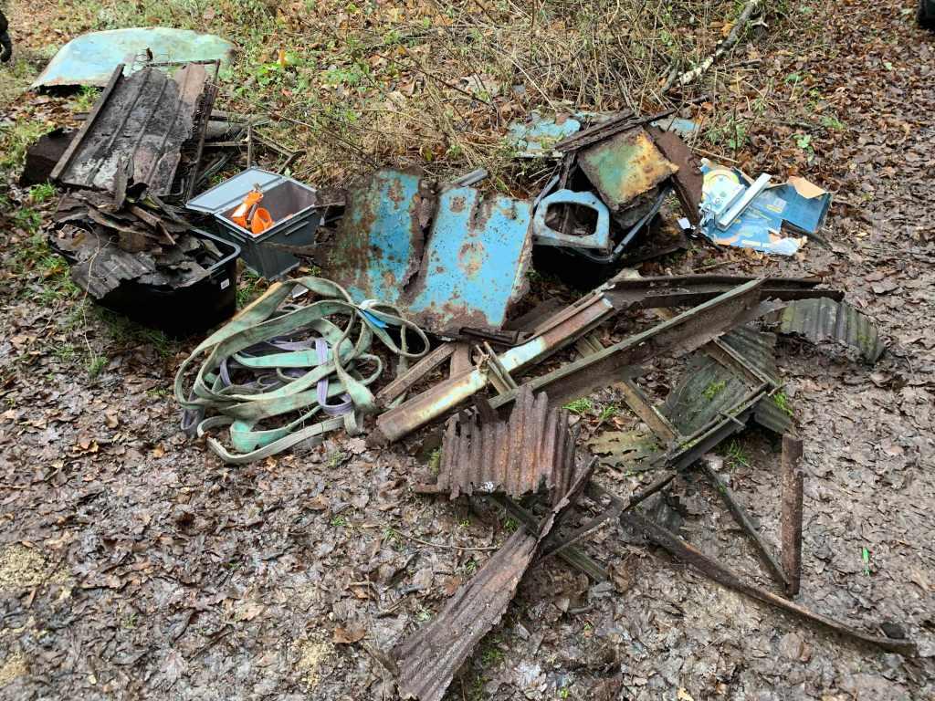 Waldblech-VW-Bus-Bergung-T1-Karosserie-Reste